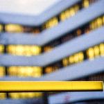Gelbe Schranke vor gelbem Licht